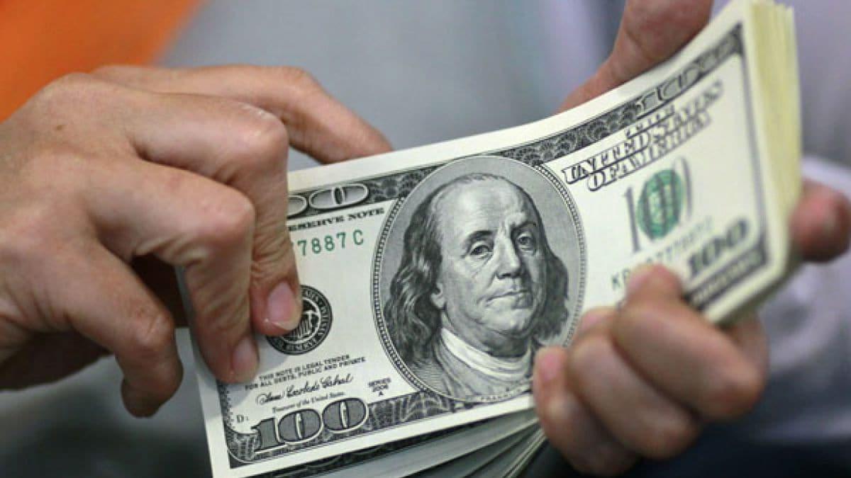 Dólar gana 17 centavos, cierra en 19.94 pesos a la venta en bancos