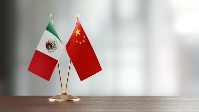 México cava su tumba con China