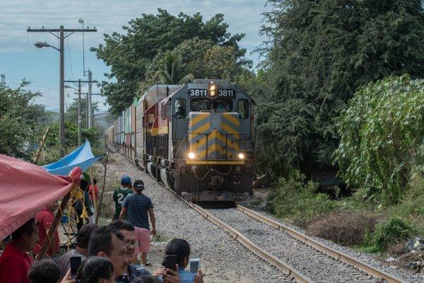 Maestros liberaron vías de tren en Uruapan, Michoacán