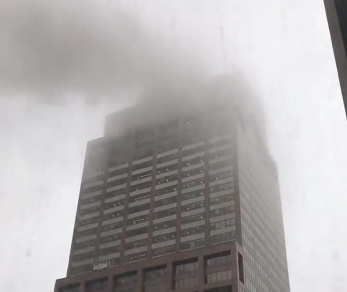 Un helicóptero se estrella contra un edificio en Nueva York; confirman muerte del piloto